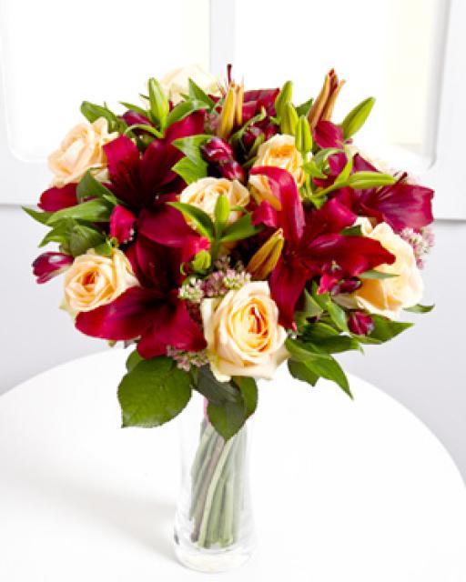 Элегантный букет с красными лилиями