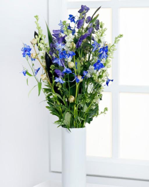 Высокий сезонный букет в синих тонах